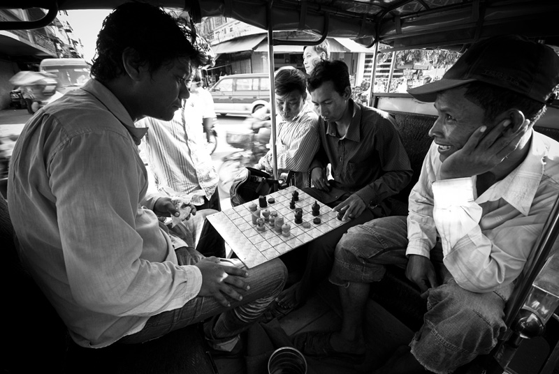 Tuk tuk drivers playing chess